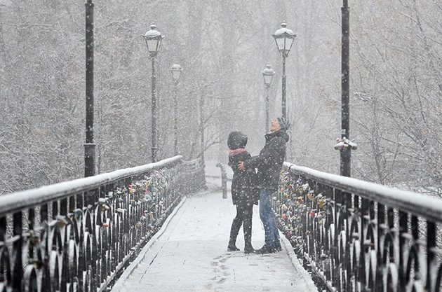 KIEV, UKRAINE - 2015/12/01: A couple enjoying the snowfall in Kiev. Snow and rain is expected for the following week in Ukraine based on the weather forecast. (Photo by Nazar Furyk/Pacific Press/LightRocket via Getty Images)